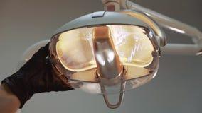 Дантист обнаруживает местонахождение лампу для обработки в комнате видеоматериал