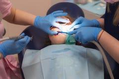 Дантист обрабатывает зубы child's Здоровье и красота зубов стоковое изображение rf