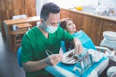 Дантист позаботить о женский пациент стоковая фотография