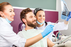 Дантист показывает терпеливый рентгеновский снимок зубов Стоковое Изображение