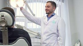 Дантист подготавливает для назначения пациента сток-видео
