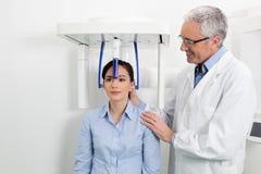 Дантист при его пациент делая цифровое рентгеновского снимка панорамное Стоковое Фото