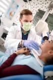 Дантист с пациентом на работе Стоковые Фотографии RF