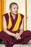 Дарамсала, Индия, 6-ое сентября 2010: Тибетский монах сидя в tr стоковое изображение