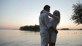 Дата влюбленноеся на заходе солнца сток-видео