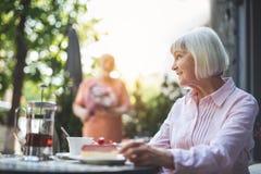 Дата жизнерадостной женщины ждать в кафе Стоковые Изображения RF