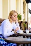 Дата ожидания женщины сиротливая Совет датировка для женщин Все еще ждать его Как насладитесь быть одиночными подсказками Женщина стоковые изображения