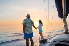 Дата парня и девушки на яхте Стоковые Фотографии RF