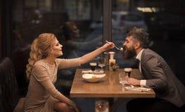 Дата пар в романтичных отношениях, влюбленности семьи Пары в влюбленности на ресторане День Святого Валентина с женщиной и стоковое изображение rf