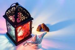 Дата приносить лампа и арабский фонарик Aladdin Стоковые Изображения RF