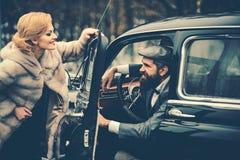 Дата счастливых пар в любов дата пар на ретро автомобиле стоковое фото