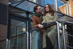 Датировка жизнерадостного человека и женщины в городе Стоковые Фотографии RF