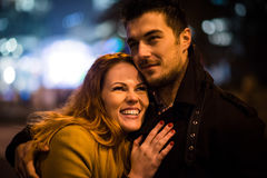 Датировка зимы - пара в улице на ноче Стоковое Изображение RF