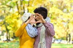 Датировка и концепция влюбленности осени Пары влюбленн в шарфы стоковые изображения rf