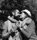 Датировка осени и английское время чая Девушка и бородатый парень стоковое изображение rf