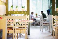 Датировка пар в кафе стоковое изображение