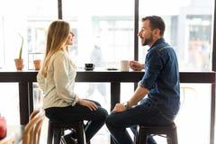 Датировка пар в кофейне Стоковое Изображение RF