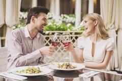 Датировка пар в ресторане и выпивая красном вине стоковые фотографии rf