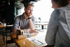 Датировка пар в ресторане стоковые изображения rf