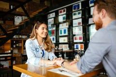Датировка пар в ресторане стоковая фотография rf
