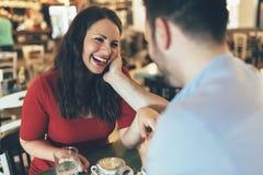 Датировка пар в ресторане стоковые изображения