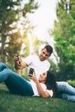 Датировка пар и использовать smartphone совместно Стоковые Изображения RF
