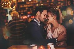Датировка пар на ноче в пабе стоковая фотография