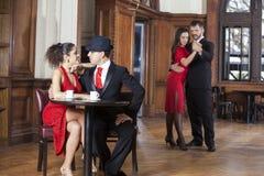 Датировка пар пока человек и женщина выполняя танго стоковая фотография