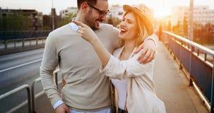 Датировка пар целуя на мосте стоковые фото