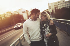 Датировка пар целуя на мосте стоковое изображение