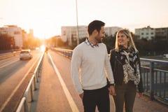 Датировка пар целуя на мосте стоковая фотография