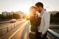 Датировка пар целуя на мосте стоковые изображения