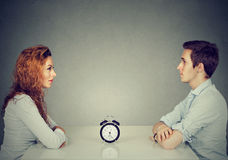 Датировка скорости Укомплектуйте личным составом женщину сидя поперек от одина другого на таблице стоковые изображения