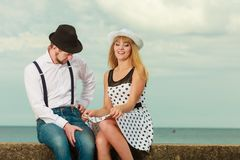 Датировка стиля любящих пар ретро на морском побережье стоковые фотографии rf