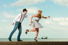 Датировка стиля любящих пар ретро на морском побережье стоковое изображение