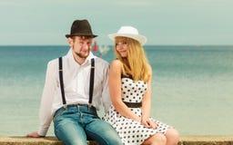 Датировка стиля любящих пар ретро на морском побережье стоковое изображение rf