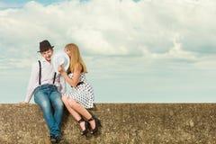 Датировка стиля любящих пар ретро на морском побережье стоковое фото