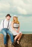 Датировка стиля любящих пар ретро на морском побережье стоковые изображения