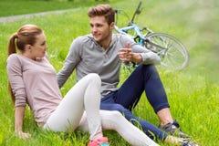 Датировка счастливого молодого парня и девушки в природе Стоковые Изображения RF
