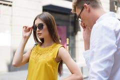 Датировка уверенно человека и женщины в городе Стоковое Изображение RF