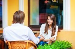 Датировка человека и женщины на кафе Стоковое Изображение