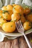 Датская кухня: застекляя новые картошки с концом-вверх петрушки Vert Стоковые Фотографии RF
