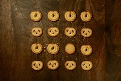Датские печенья масла для праздников & x28; Надземное View& x29; на таблице Брайна Стоковое фото RF