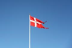 Датский флаг развевая против голубого неба Стоковое фото RF
