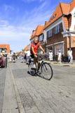 Датский человек bicycling на улице в Дании Стоковое Изображение