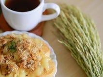 Датское печенье с чашкой чаю и ухом украшения риса Стоковая Фотография RF
