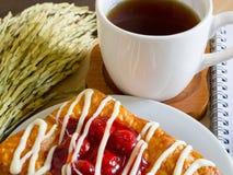 Датское печенье с чашкой чаю и ухом украшения риса Стоковое Фото