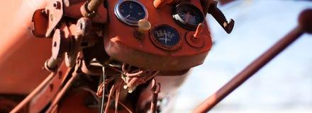 Датчики на винтажном красном тракторе стоковое изображение rf