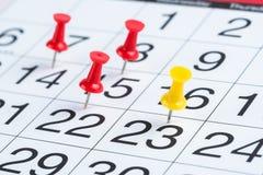 Даты выделенные Pushpins на календаре Стоковое Изображение