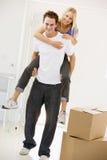 дающ домашнему супругу супруги нового piggyback ся стоковая фотография rf
